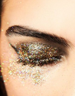 gold-eyeshadow-glitter-face-makeup-festival-beauty-trends
